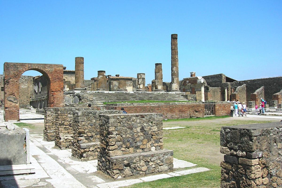 tour of pompeii livtours